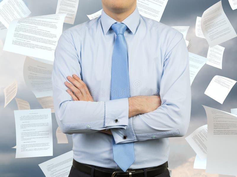 Man och fallande legitimationshandlingar arkivfoton