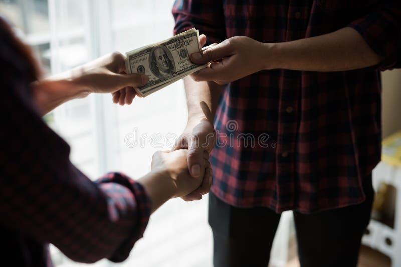 Man och kvinna för folk funktionsduglig i en plädskjorta av handskakningen av bu royaltyfri fotografi