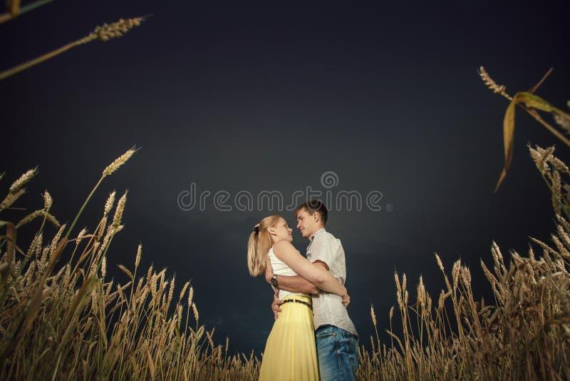 Man och kvinna, grova spikar, himmel royaltyfri fotografi