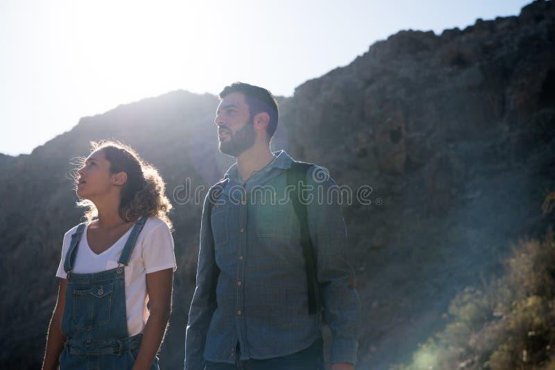Man och kvinna i öknen som ser upp arkivfoton
