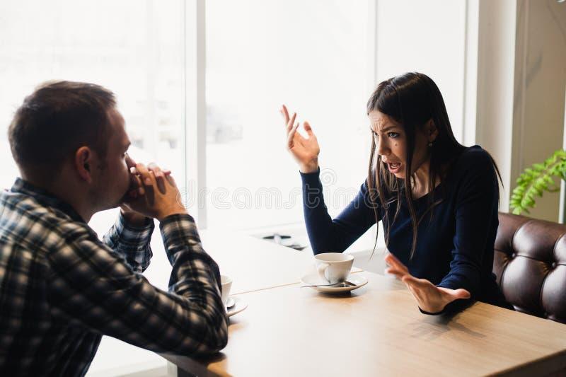 Man och kvinna i diskussioner i restaurangen royaltyfri bild
