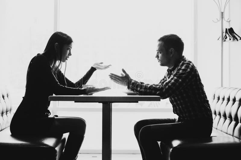 Man och kvinna i diskussioner i restaurangen royaltyfria foton