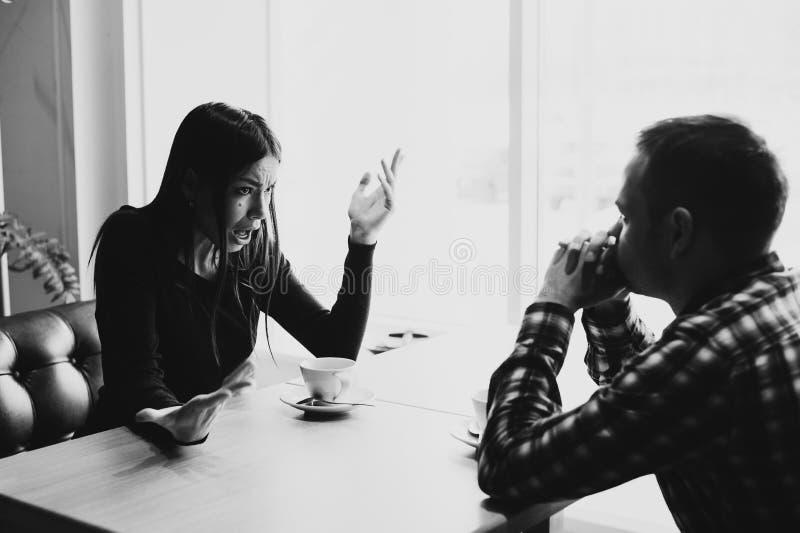 Man och kvinna i diskussioner i restaurangen royaltyfri fotografi