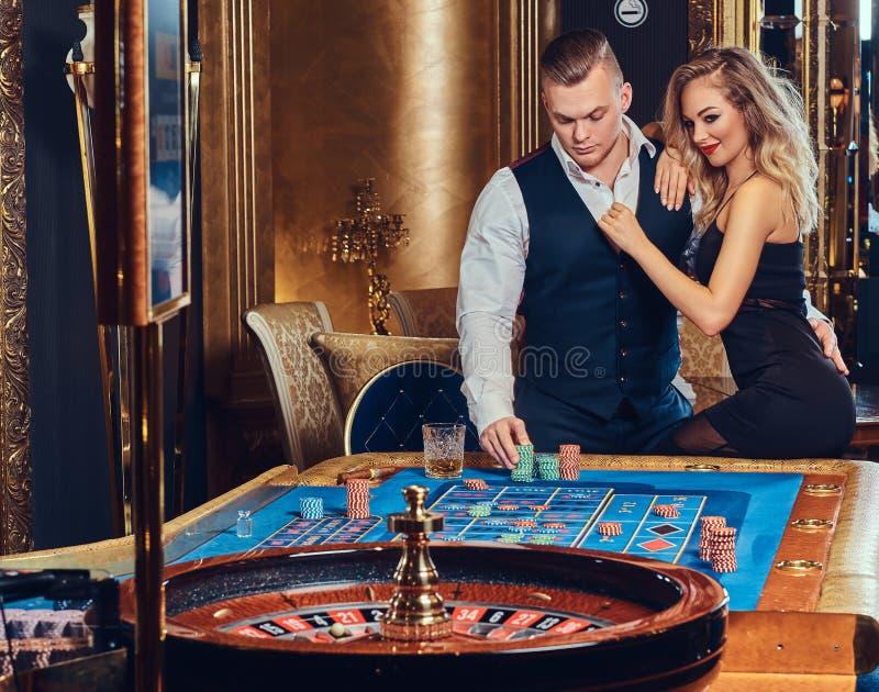 Man och kvinna i en kasino arkivfoton