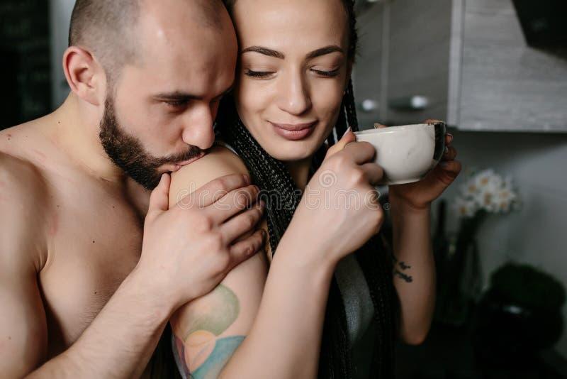 Man och kvinna i köket royaltyfria bilder
