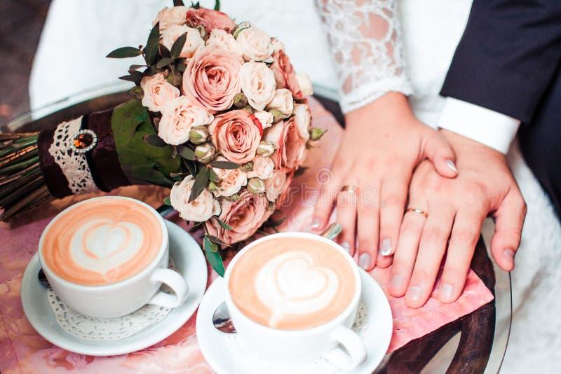 Man och kvinna, kaffe, brud- bukett av blommor royaltyfria bilder
