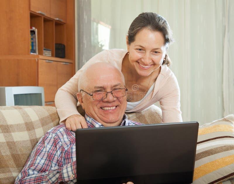 Man och kvinna med bärbara datorn arkivfoto