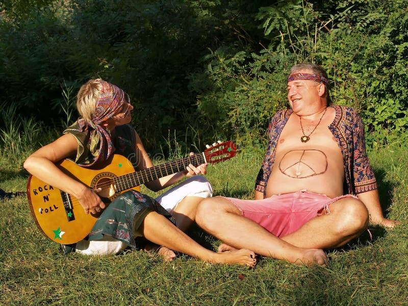Man och kvinna med gitarren royaltyfri foto