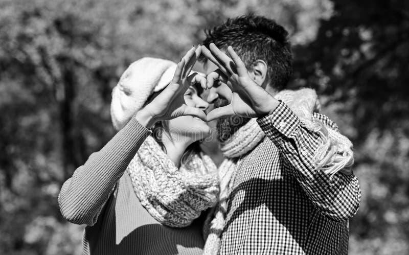 Man och kvinna med lyckliga framsidor p? h?sttr?dbakgrund royaltyfri fotografi