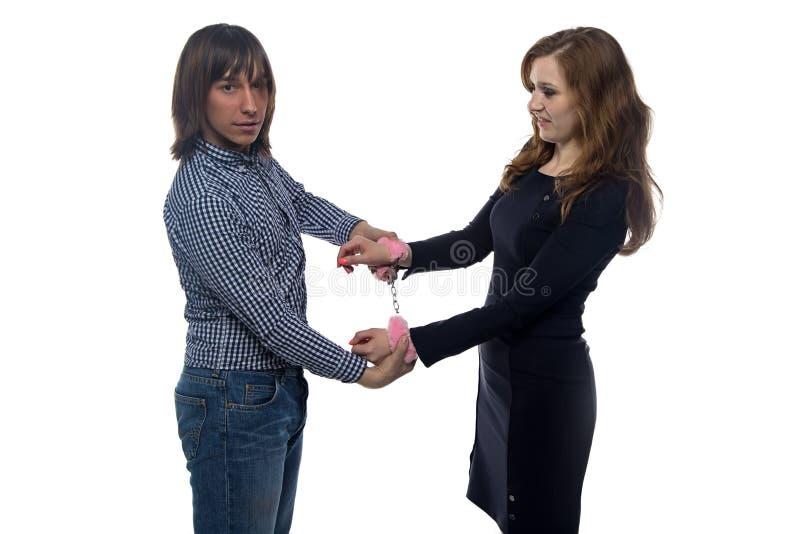 Man och kvinna med par av fluffiga handbojor royaltyfri bild