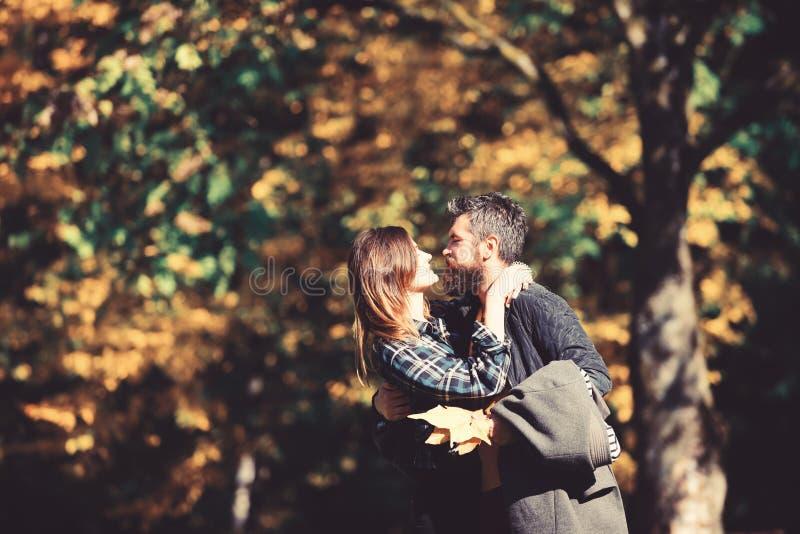 Man och kvinna med passionerade framsidor p? naturlig bakgrund arkivfoton