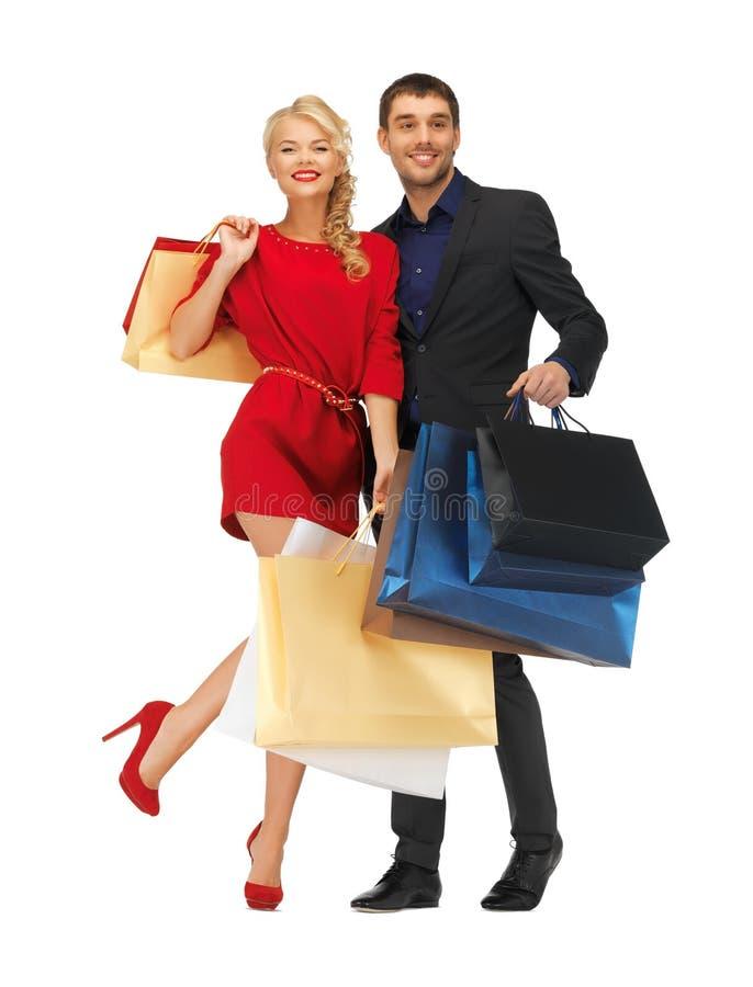 Man och kvinna med shoppingpåsar arkivbild