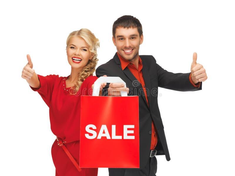 Man och kvinna med shoppingpåsen arkivfoto