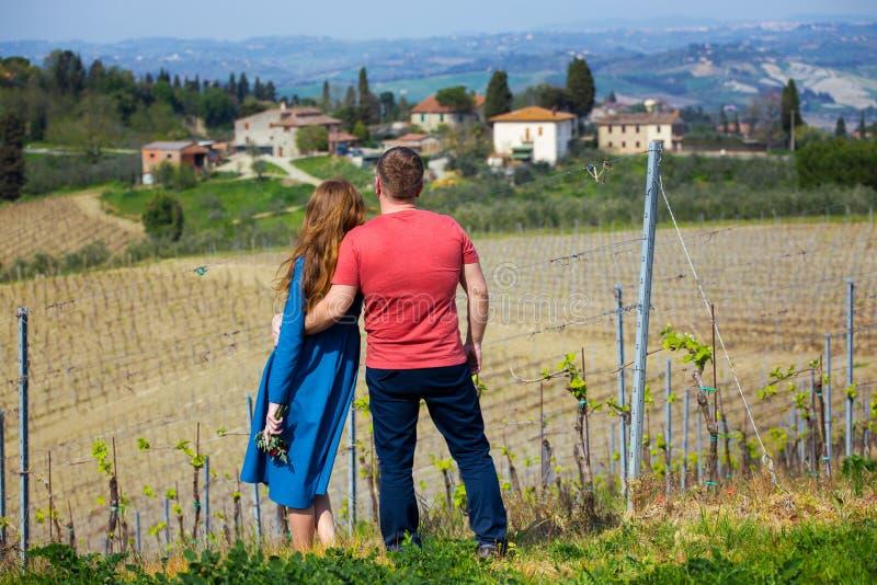 Man och kvinna och ett typisk Tuscan landskap royaltyfria foton