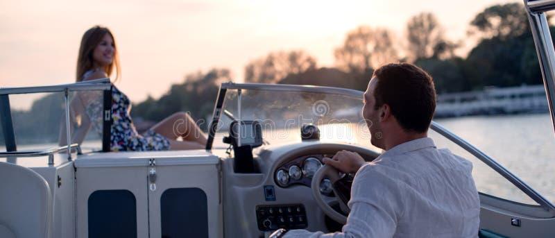 Man och kvinna på en yacht royaltyfria foton