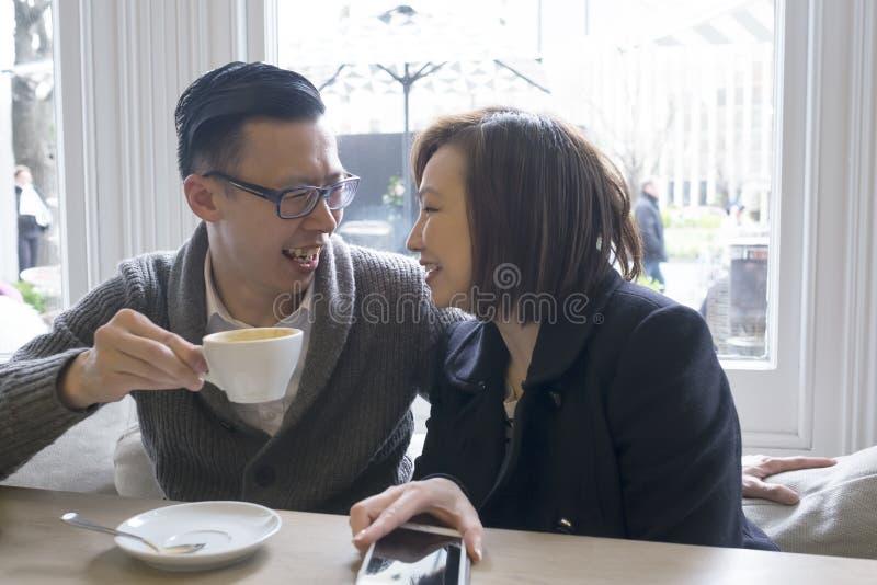 Man och kvinna på kafét royaltyfri bild