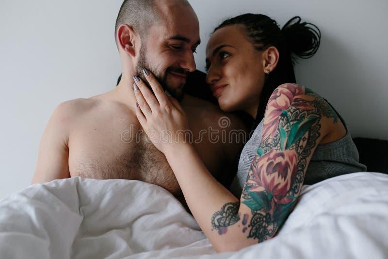 Man och kvinna på sängen royaltyfri fotografi