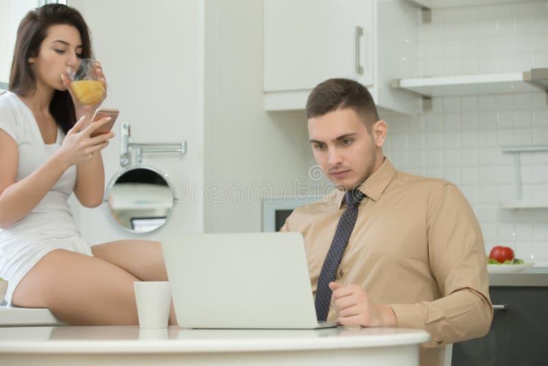 Man och kvinna som använder deras grejer och ignorerar sig arkivfoton