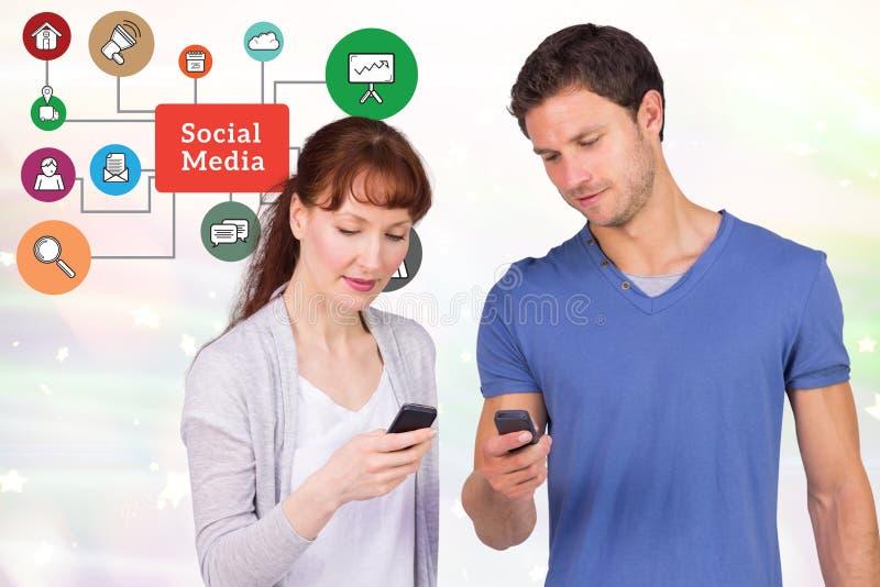Man och kvinna som använder samkvämplatser på smarta telefoner royaltyfria foton