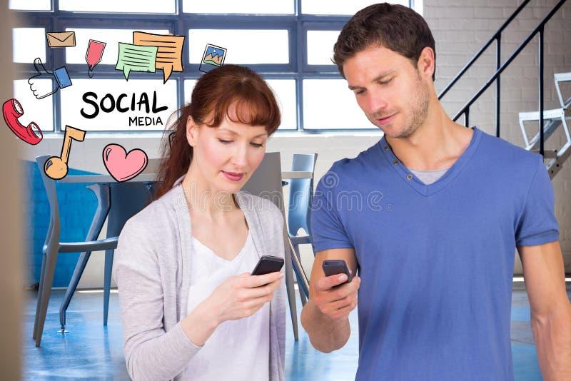 Man och kvinna som använder socialt massmedia på smarta telefoner royaltyfri fotografi