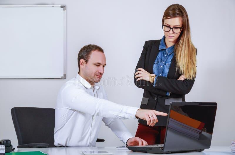 Man och kvinna som arbetar med datoren royaltyfria foton
