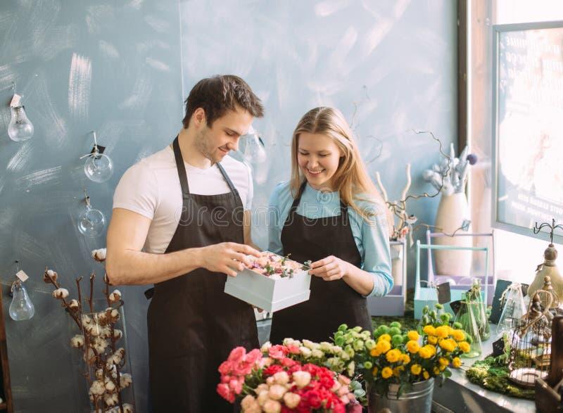 Man och kvinna som förbereder överraskningen för köpare royaltyfri foto
