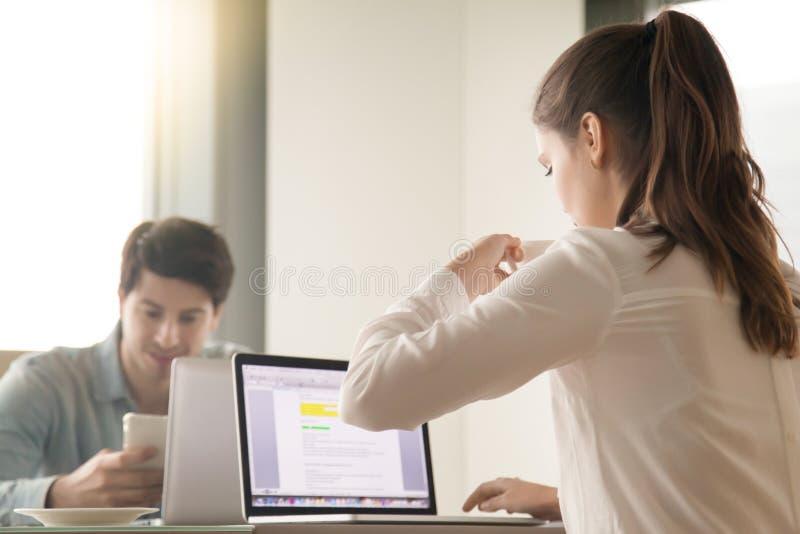 Man och kvinna som har affärslunch, kaffeavbrott, medan arbeta arkivfoton