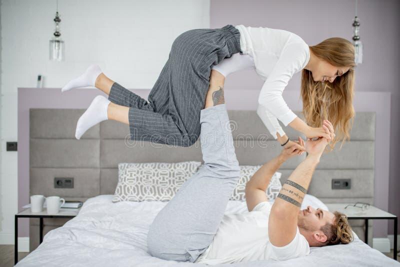 Man och kvinna som hemma gör övning royaltyfri fotografi
