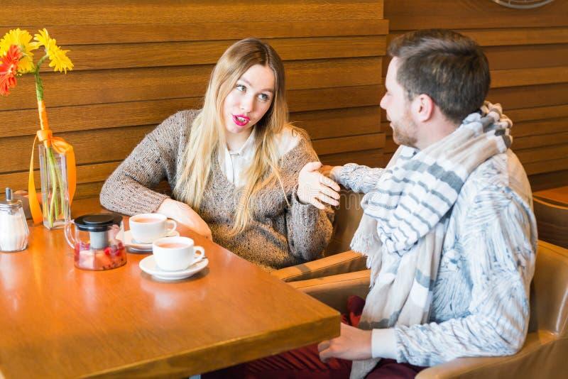 Man och kvinna som inomhus argumenterar arkivbilder