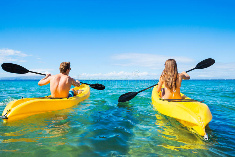 Man och kvinna som Kayaking i havet arkivfoton