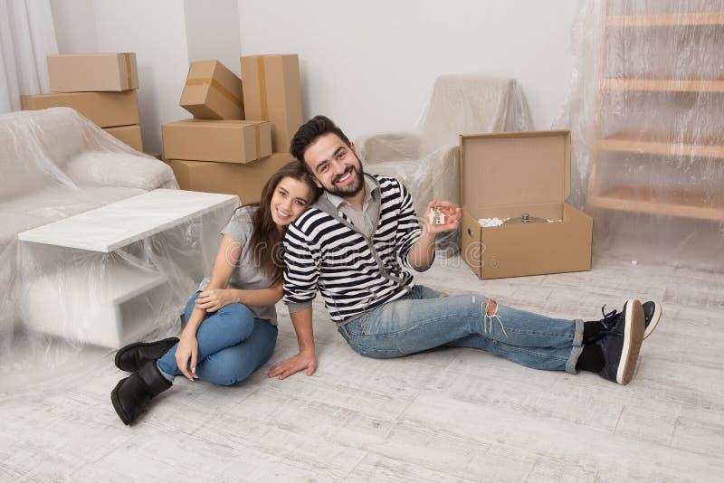 Man och kvinna som ler att förbereda sig att förflytta till ett nytt hem royaltyfri bild