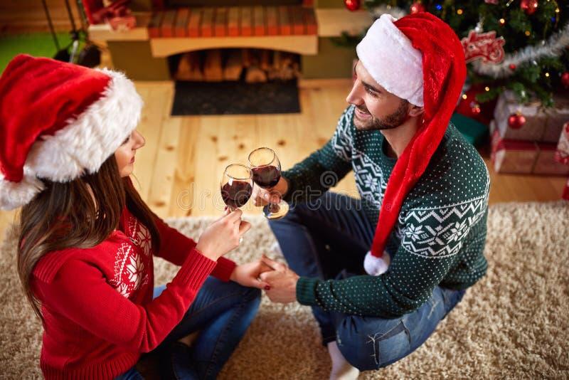 Man och kvinna som rostar för jul royaltyfria bilder