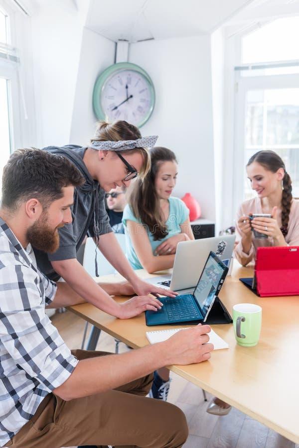 Man och kvinna som samarbetar som medarbetare i kollaborativt kontor arkivfoton