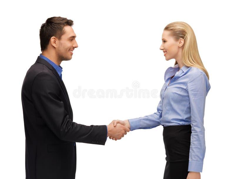 Man och kvinna som skakar deras händer royaltyfri bild
