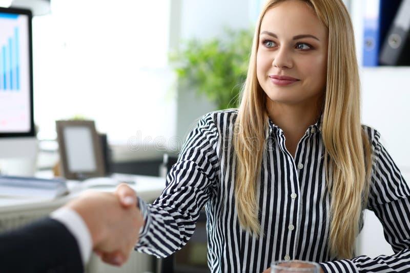Man och kvinna som skakar händer efter produktiva samtal royaltyfri foto