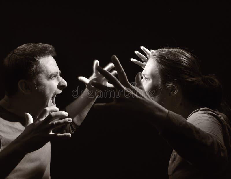 Man och kvinna som skriker på varje annan. royaltyfria bilder