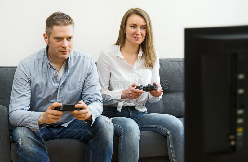 Man och kvinna som spelar videospelet royaltyfri fotografi