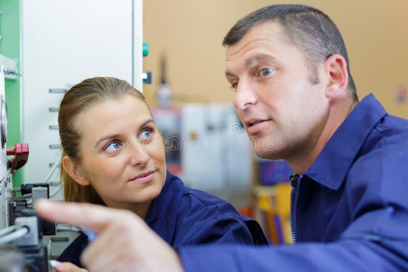Man och kvinna som tillsammans arbetar royaltyfri bild