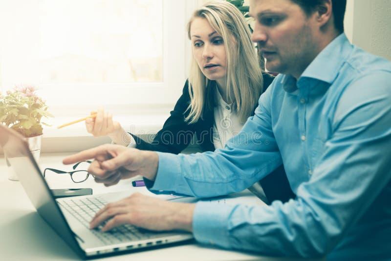 Man och kvinna som tillsammans i regeringsställning arbetar arkivfoto