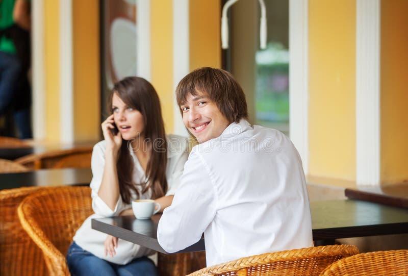 Man- och kvinnadatummärkning på kafét arkivfoto