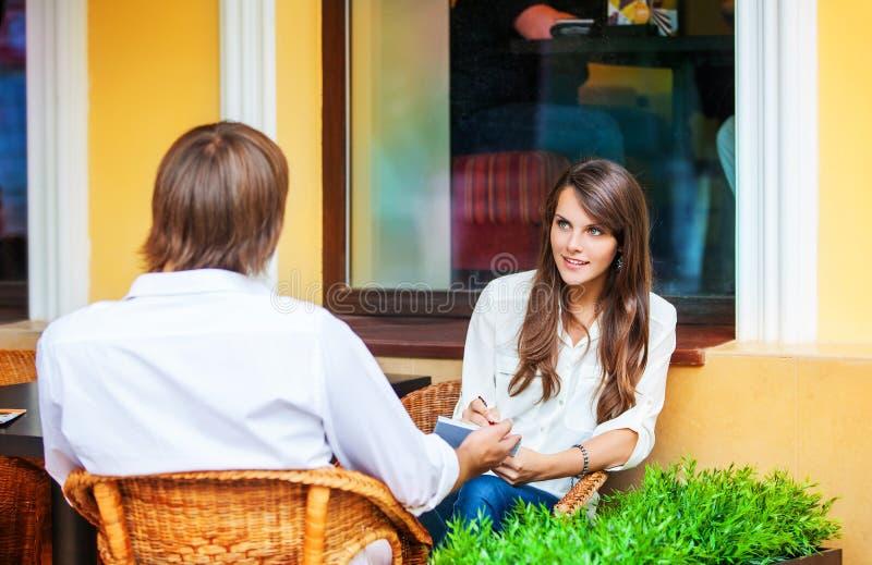Man- och kvinnadatummärkning på kafét fotografering för bildbyråer