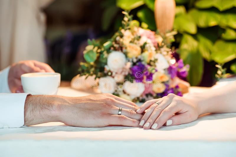 Man- och kvinnahänder med espousalcirklar royaltyfria foton
