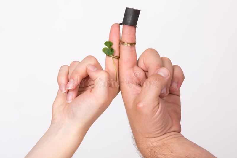 Man- och kvinnahand med fingrar som bär som brud och brudgum royaltyfria bilder