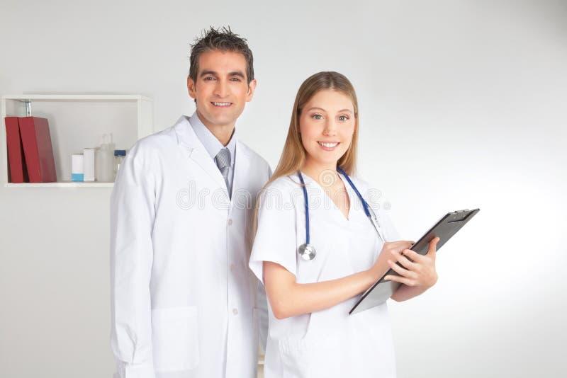 Man och kvinnlig doktor, stående arkivfoton