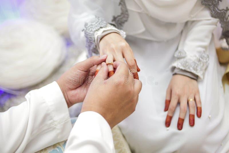 Man och kvinnlig hand royaltyfria bilder