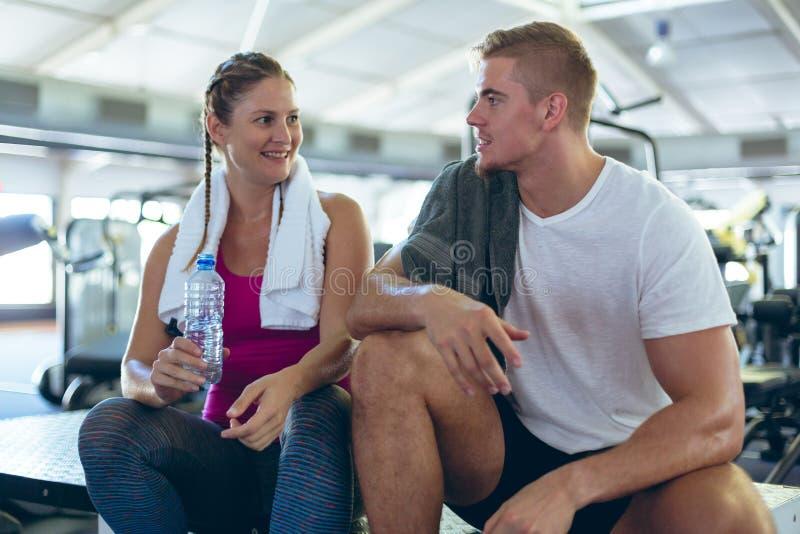 Man och kvinnlig idrottsman nen som påverkar varandra med de i konditionmitt arkivbild