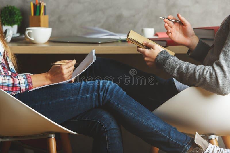 Man och kvinnlig som gör skrivbordsarbete royaltyfri bild