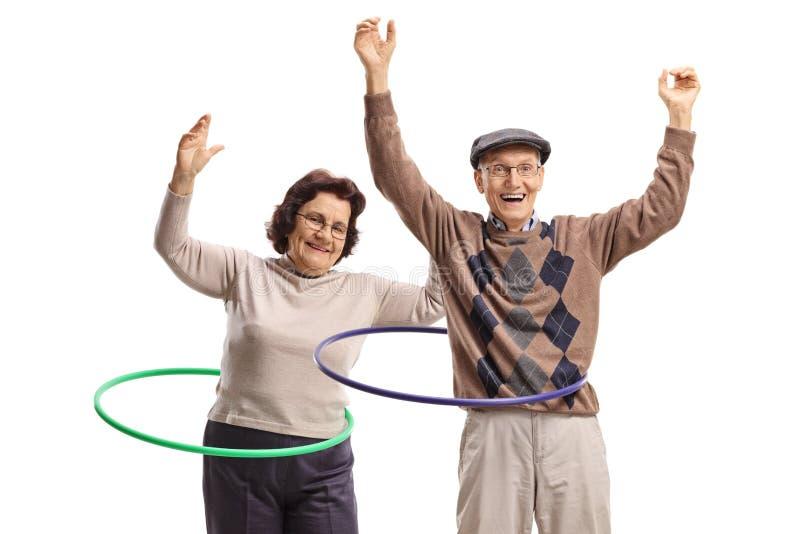 Man och kvinnliga pensionärer med hula-beslag dans arkivfoton