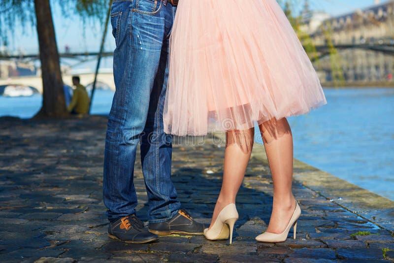 Man- och kvinnligben under ett datum royaltyfria foton