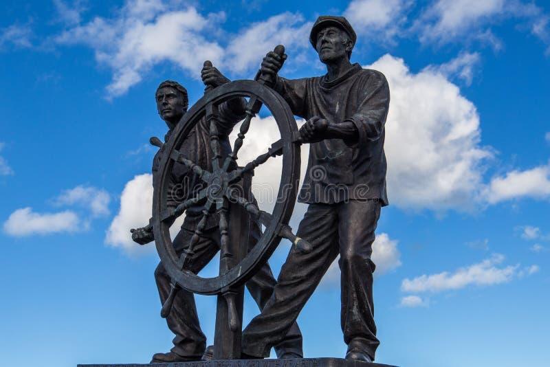 Man- och pojke` hjul`-statyn royaltyfri fotografi